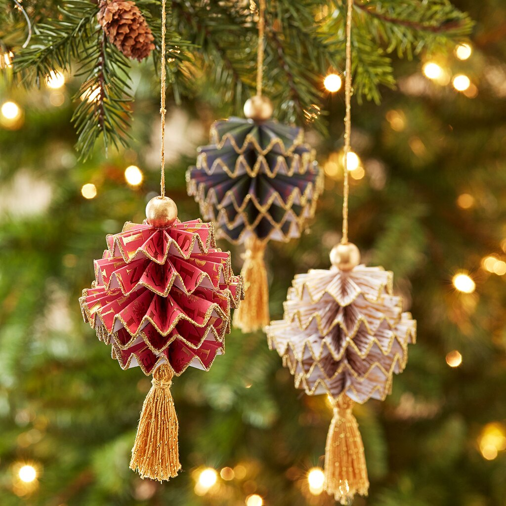 Christmas paper pine cones for Pine cone tree decorations